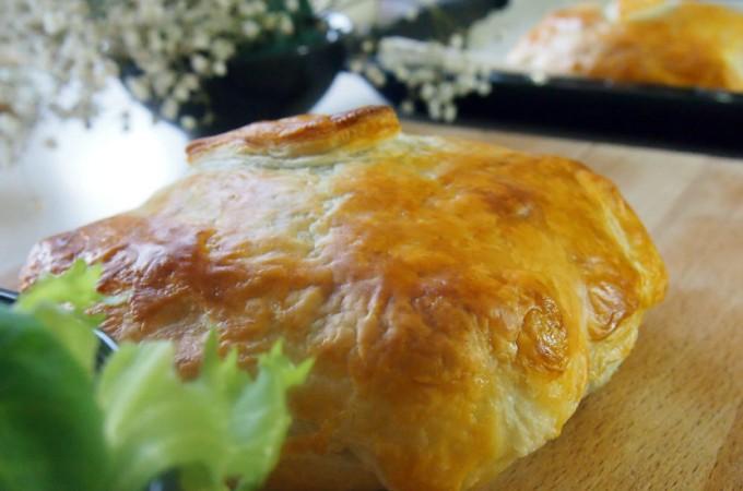 Camembert zapiekany z karmelizowaną cebulą w cieście francuskim