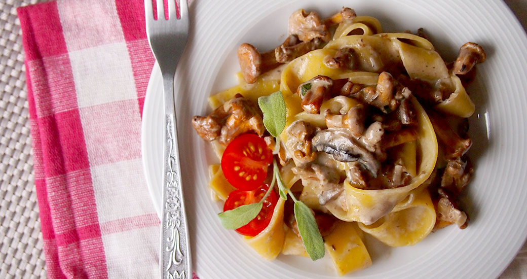 Kremowe papardelle z kurkami i szałwią/Creamy papardelle with sauteed chanterelles and sage