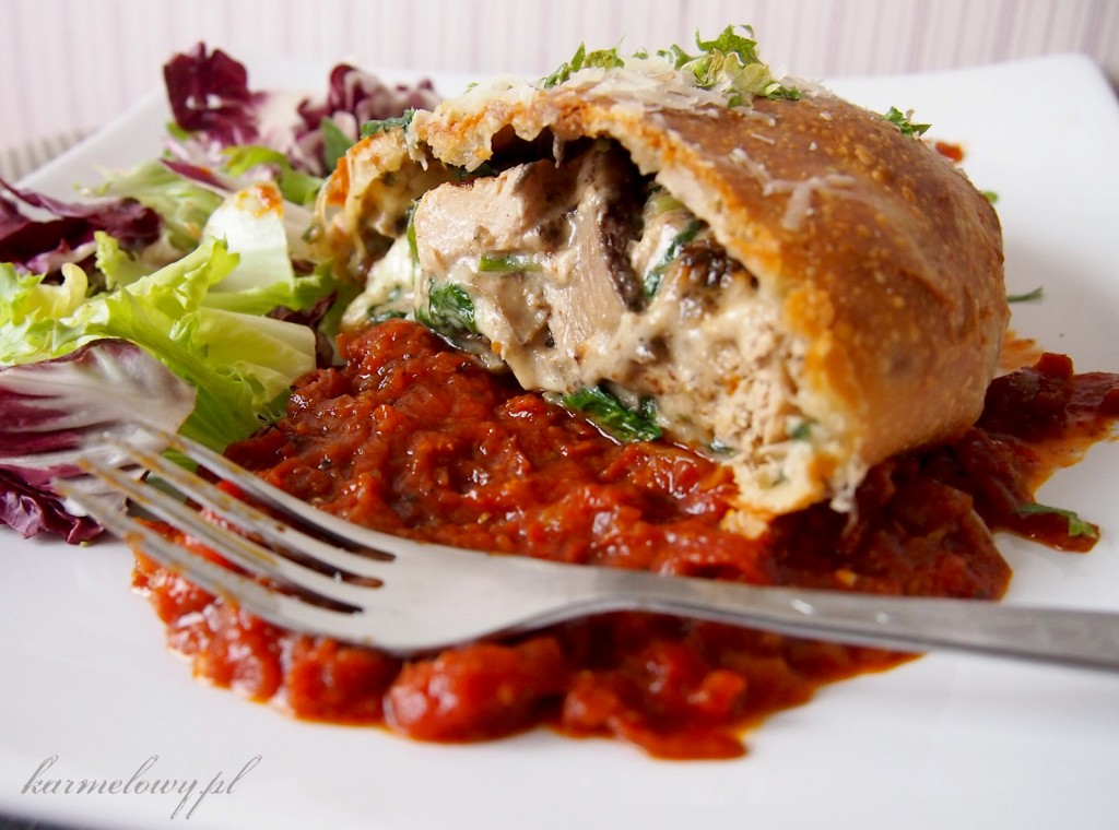 ... grzybami leśnymi/Calzone with chicken, spinach and wild mushrooms