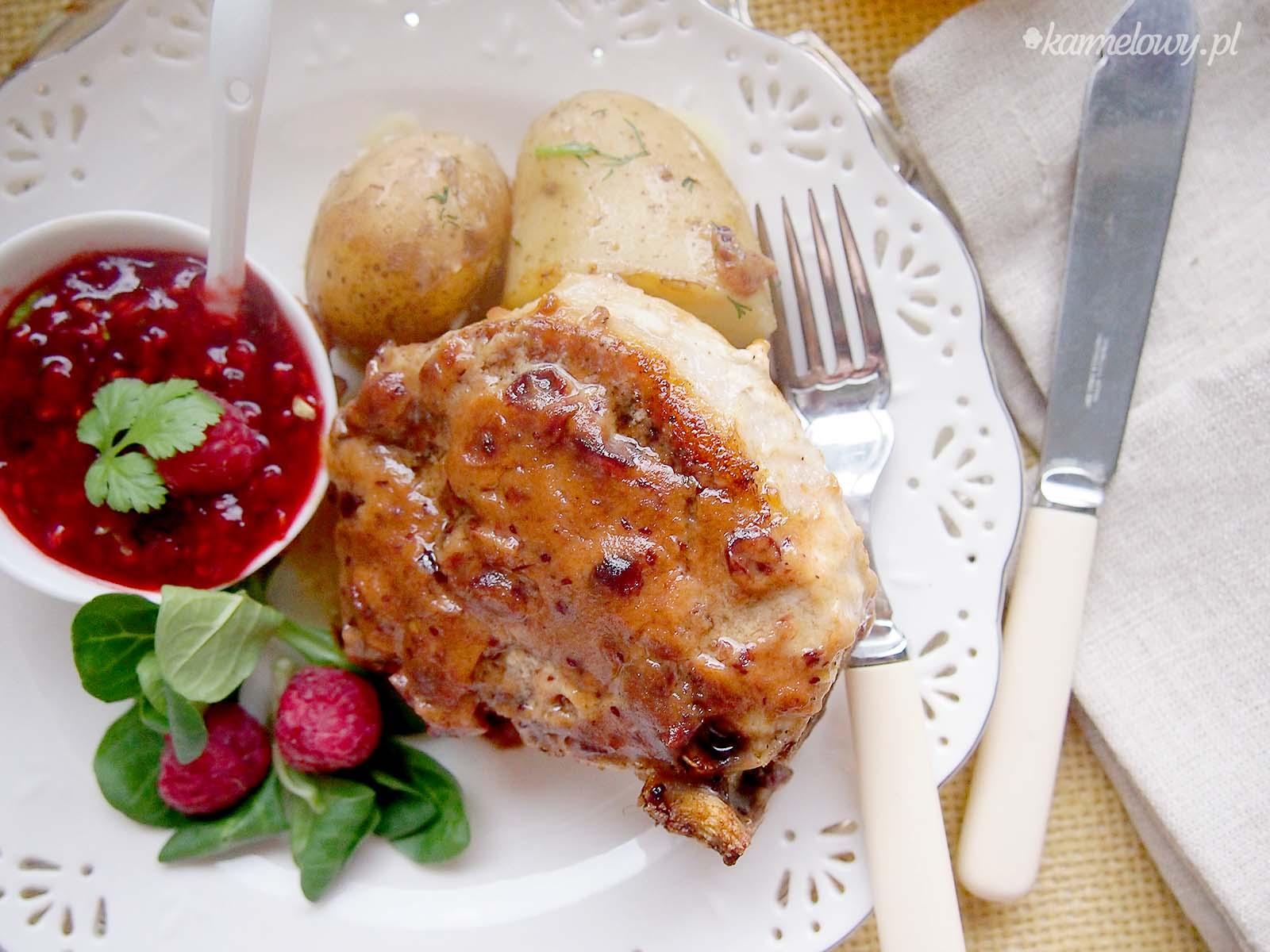 ... sosem malinowym z kolendrą / Pork chops with raspberry cilantro sauce