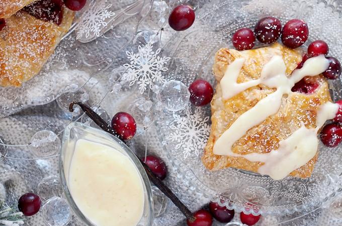 Pierozki francuskie z jablkami i zurawina z sosem waniliowym / Cranberry apple dumplings with vanilla sauce