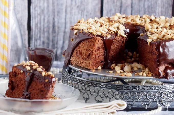 Anielskie ciasto czekoladowe z polewa i prazonymi orzechami / Chocolate angel food cake with ganache and toasted hazelnuts