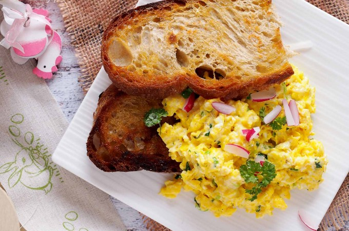 Jajecznica na tostach / Scrambled Eggs on Fried Bread