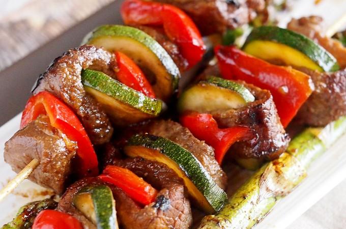 Szaszłyki z marynowanym stekiem, papryką i cukinią / Steak, pepper and zucchini skewers