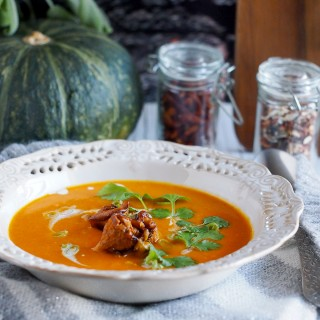 Serowa zupa krem z dyni z kurkami/ Cheesy and creamy pumpkin soup with chanterelles