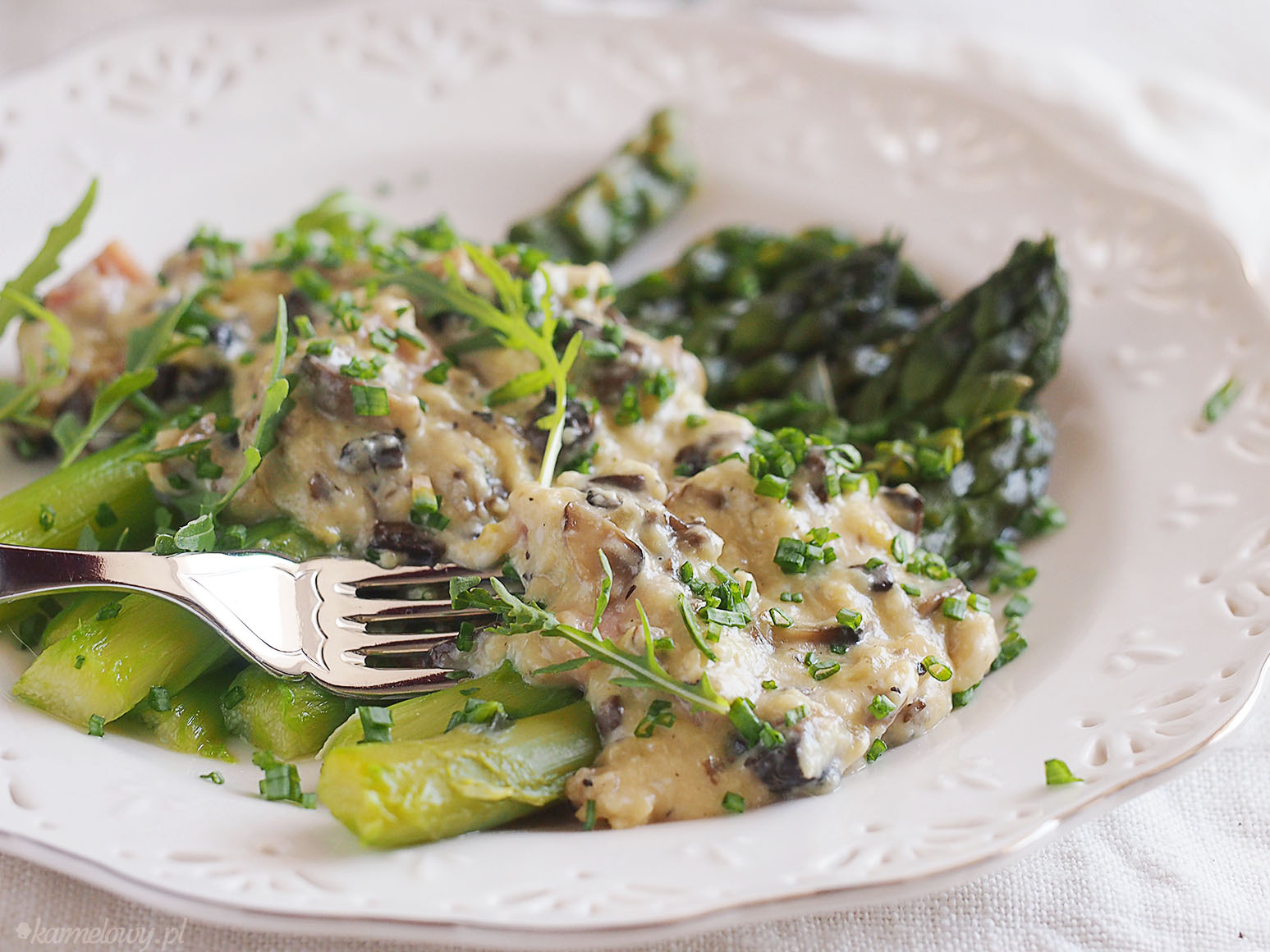 pieczarkami / Asparagus and creamy scrambled eggs with mushrooms