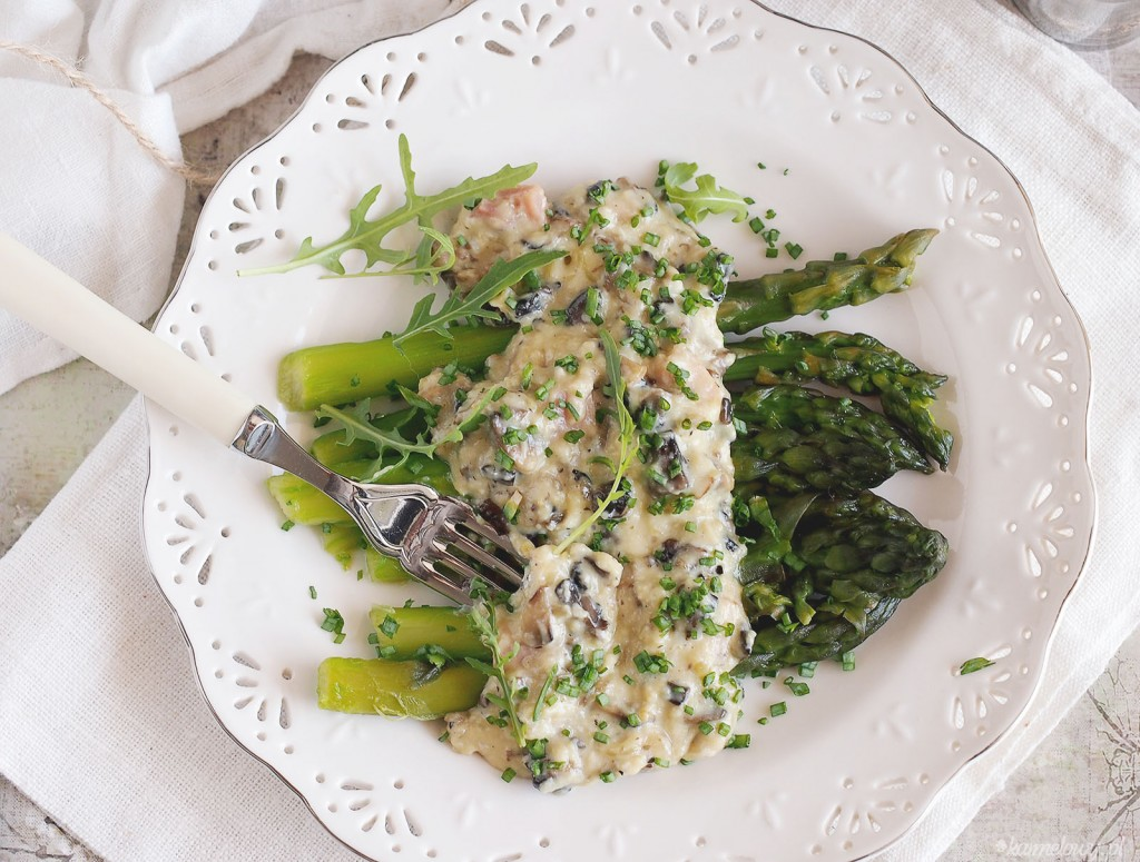 ... pieczarkami / Asparagus and creamy scrambled eggs with mushrooms