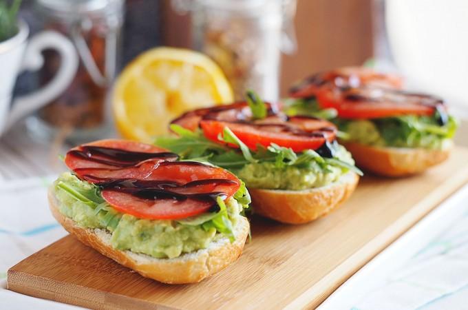 Tosty z pastą z awokado, rukolą i pomidorami / Avocado, arugula and tomato toasts