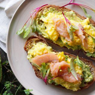 Tosty z awokado, jajecznicą i wędzonym łososiem / Scrambled eggs, avocado and smoked salmon on toast