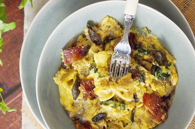 Makaron w sosie dyniowym z kozim serem i jarmużem/ Kale goat cheese and pumpkin pasta