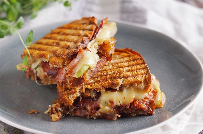 Tosty z boczkiem, brie i karmelizowaną cebulą / Bacon, brie and caramelised onion grilled sandwich