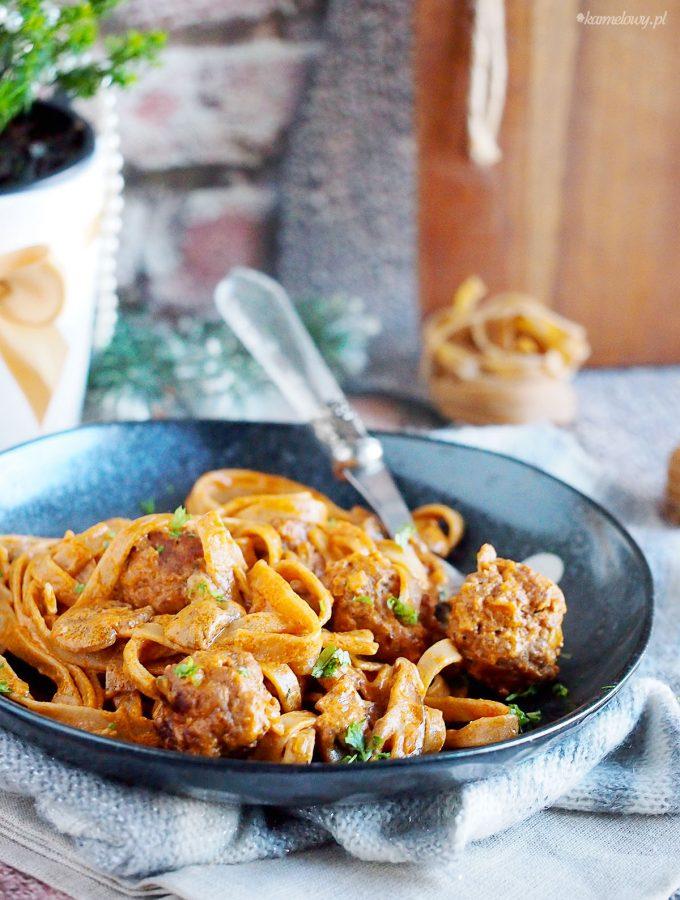 Stroganoff z klopsikami i makaronem / Meatball pasta stroganoff