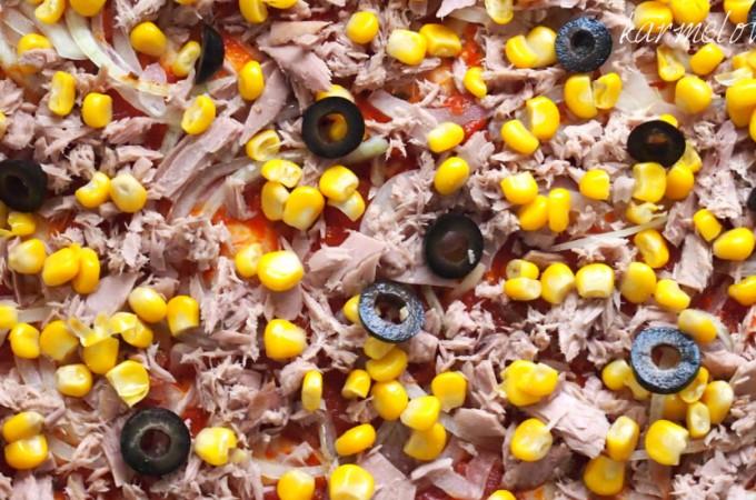 Pizza z tuńczykiem,cebulą,kukurydzą i czarnymi oliwkami
