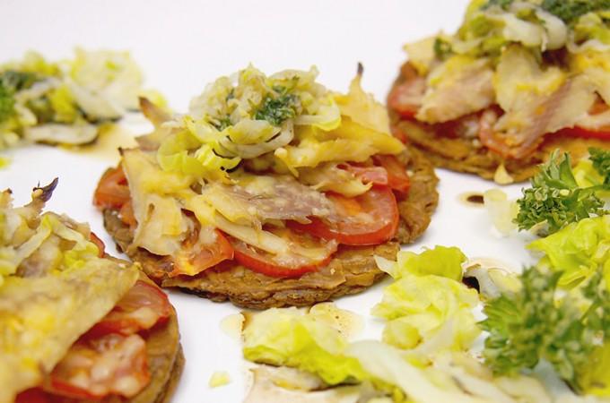 Mini tarty z wędzonym pstrągiem i pomidorami