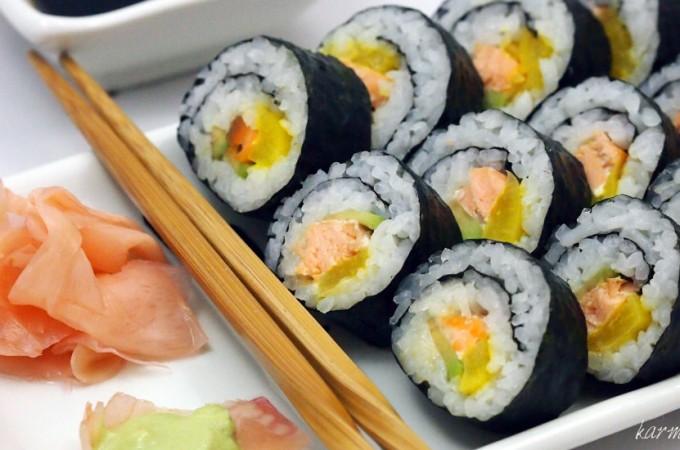 Maki sushi z pieczonym łososiem