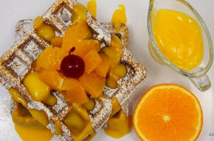 Chrupiące gofry korzenne z kremem pomarańczowym