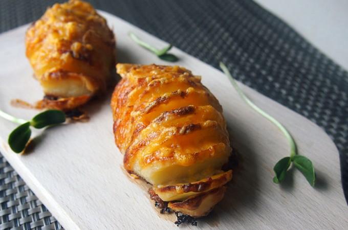 Szwedzkie ziemniaki Hasselback z parmezanem i cheddarem