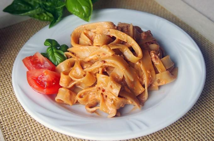 Makaron w kremowym sosie z pesto z suszonych pomidorów i mascarpone