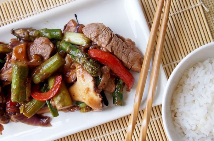 Szybki stir-fry z polędwiczką wieprzową i szparagami