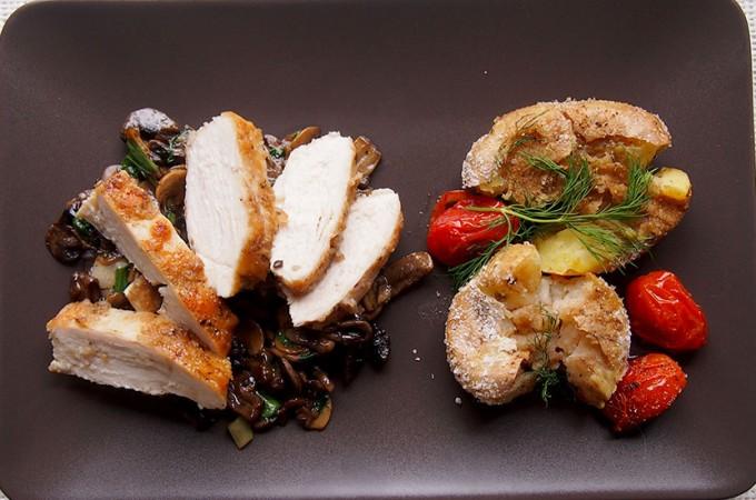 Piersi kurczaka z balsamicznymi pieczarkami i gorgonzolą