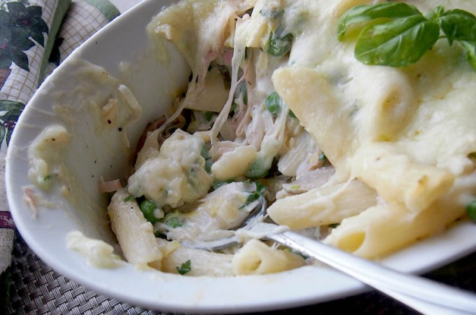 Penne z wiosennymi warzywami i ricottą zapiekane pod mozzarellą