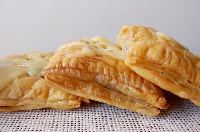 Poduszeczki z truskawkami i nutellą z polewą z białej czekolady