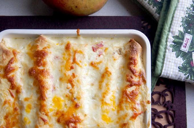 Enchiladas z kurczakiem i serami zapiekane w sosie śmietanowym