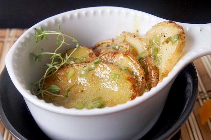 Pieczone młode ziemniaki z dressingiem musztardowym ze szczypiorkiem