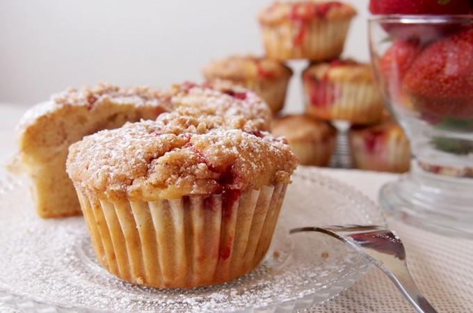Nadziewane muffiny truskawkowe z cynamonową kruszonką