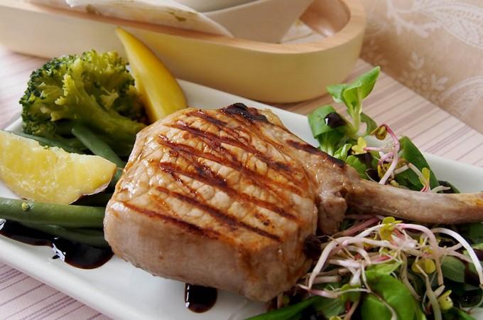 Marynowany w miodzie schab z grilla/ Grilled honey pork chops