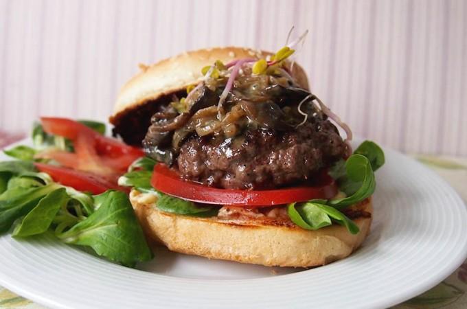 Burgery wołowe z karmelizowaną cebulką, pieczarkami i serem pleśniowym/Burgers with caramelized onion, mushroom and blue cheese sauce