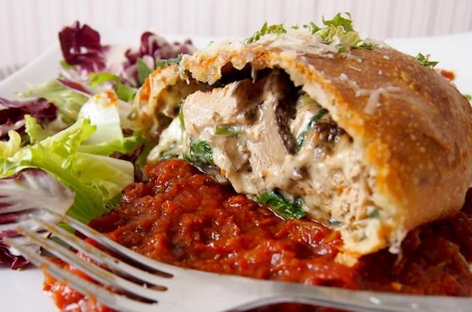 Calzone nadziewane kurczakiem, szpinakiem i grzybami leśnymi / Calzone with chicken, spinach and wild mushrooms