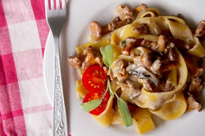 Kremowe papardelle z kurkami i szałwią / Creamy papardelle with sauteed chanterelles and sage