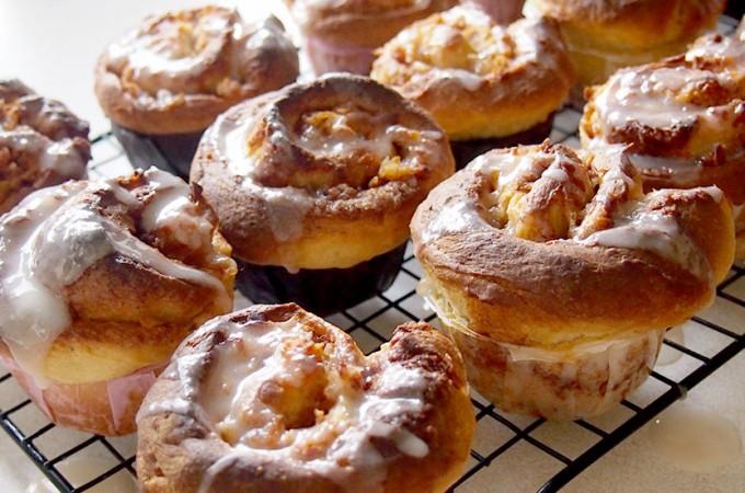 Zakręcone muffiny drożdżowe z jabłkami i cynamonem / Apple cinnamon roll muffins