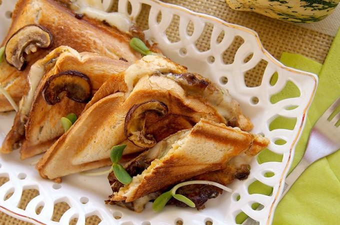 Tosty z mozzarellą i grzybami leśnymi / Mushroom mozzarella sandwich