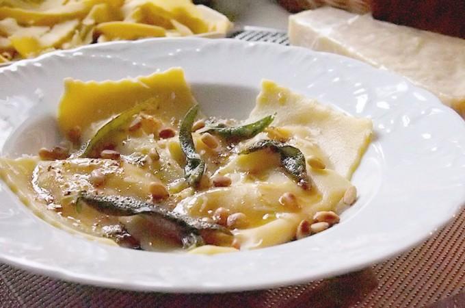 Ravioli z pieczoną dynią i trzema serami w sosie maślanym z chrupiącą szałwią / Roasted pumpkin and three cheeses ravioli with crispy sage butter