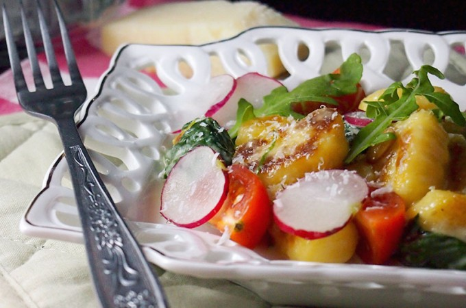 Gnocchi w kremowym sosie ze szpinakiem i orzechami piniowymi / Gnocchi in a creamy spinach sauce with pine nuts