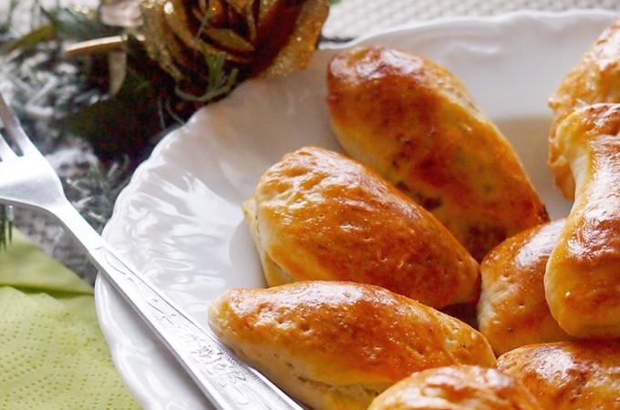Pieczone pierogi krucho-drożdżowe nadziewane słodką kapustą i grzybami / Yeast pierogi stuffed with cabbage and mushrooms