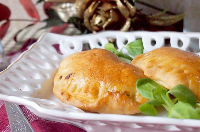Pieczone pierogi drożdżowe z cielęciną i pieczarkami / Yeast pierogi stuffed with veal and mushrooms