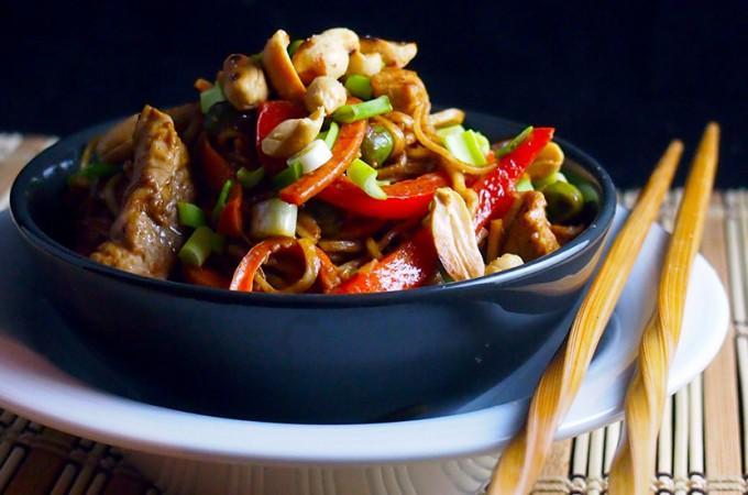 Pikantny makaron z sosem z masła orzechowego z polędwiczką wieprzową / Spicy peanut butter noodles with pork