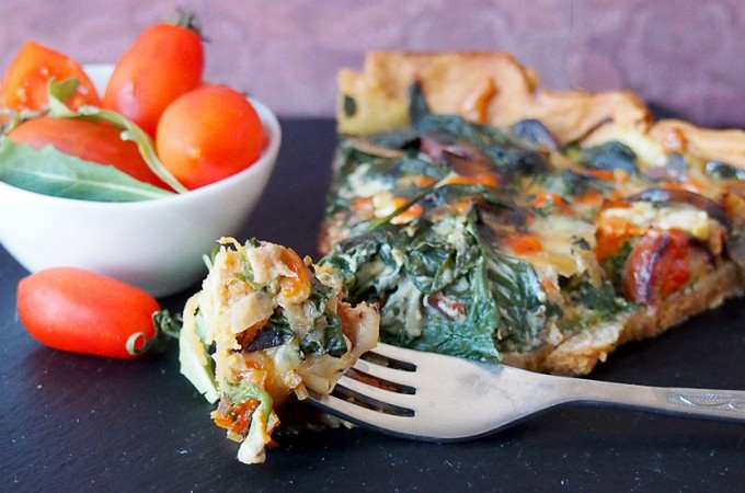 Serowy quiche z kiełbasą, szpinakiem i grzybami/Cheesy sausage, spinach and mushroom quiche