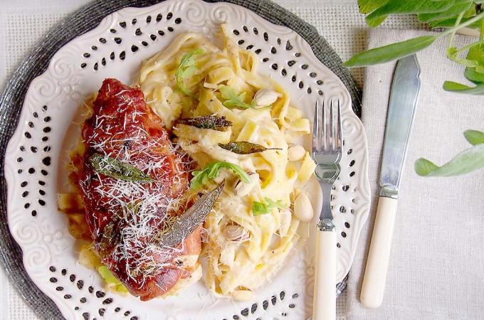 Kurczak w prosciutto z szałwią i kremowym makaronem z pistacjami / Prosciutto and sage wrapped chicken with creamy pistachio noodles