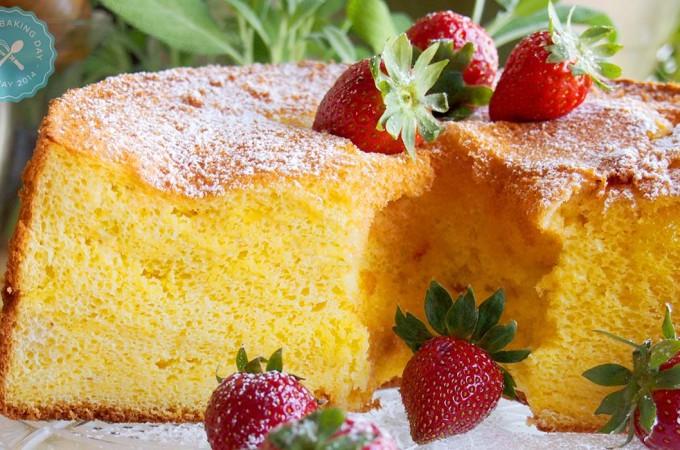 World Baking Day i anielskie ciasto z sosem truskawkowym. Dla kogo Ty upieczesz ciasto?