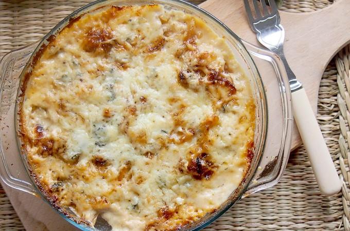 Ziemniaki zapiekane z serem z niebieską pleśnią i karmelizowaną cebulą / Blue cheese and caramelized onion potatoes au gratin