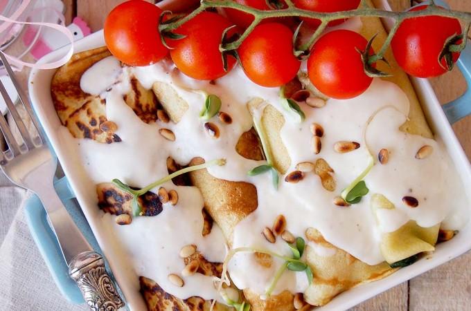 Naleśniki nadziewane kurczakiem, szpinakiem i grzybami / Savory crepes filled with chicken, spinach and mushrooms