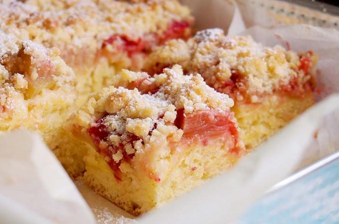 Słodkie ciasto drożdżowe z rabarbarem i truskawkami / Sweet yeast rhubarb and strawberry cake