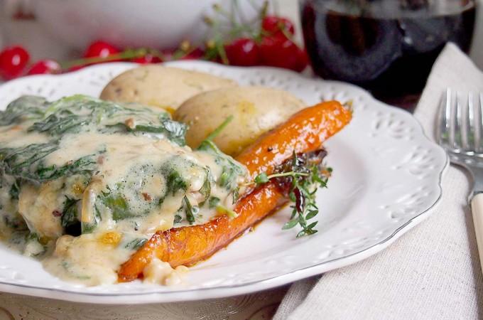 Kotlety schabowe zapiekane ze śmietanką i szpinakiem / Pork chops baked with cream and spinach