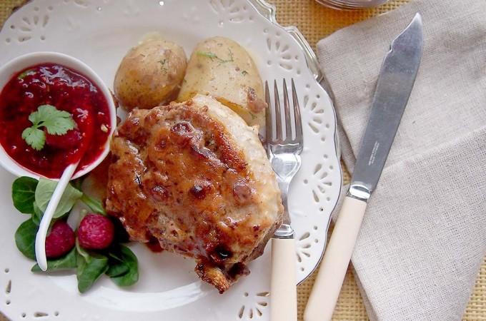 Kotlety schabowe z sosem malinowym z kolendrą / Pork chops with raspberry cilantro sauce