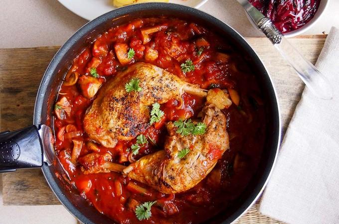 Udka kurczaka z pieczarkami i papryką w słodkim sosie winnym / Chicken legs in sweet wine sauce with peppers and mushrooms