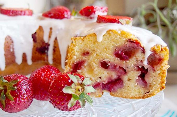 Babka jogurtowa z truskawkami / Strawberry yogurt bundt cake